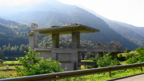 An abandoned 3S gondola terminal on the side of the road at the Vall Fosca Mountain Resort in Spain.  Photo source: http://monaxmontagne.blogspot.fr/2012/08/du-tourmalet-la-vall-fosca.html