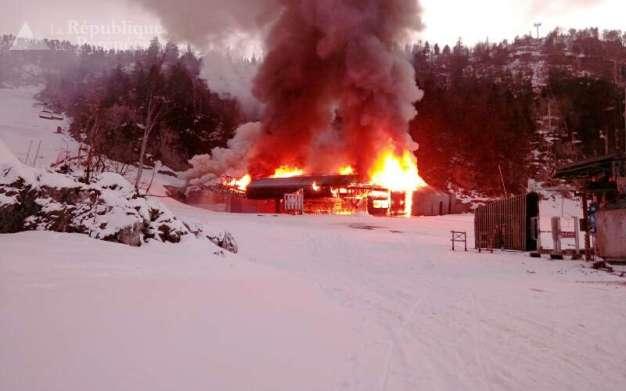 l-incendie-s-est-declare-au-depart-du-telesiege-debrayable-family-cree-en-2014